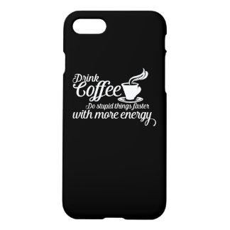 El café de la bebida hace cosas estúpidas más funda para iPhone 7