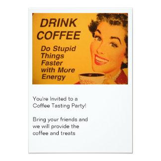 """El café de la bebida hace cosas estúpidas más invitación 5"""" x 7"""""""