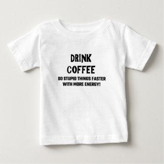 El café de la bebida hace cosas estúpidas más playera de bebé