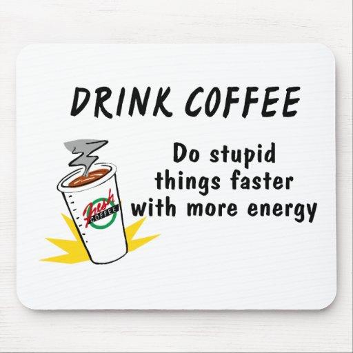 El café de la bebida hace cosas estúpidas más rápi alfombrillas de ratón