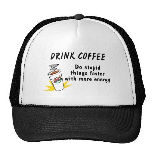 El café de la bebida hace cosas estúpidas más rápi gorras de camionero