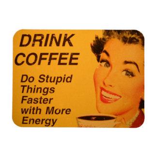 El café de la bebida hace cosas estúpidas más rápi iman