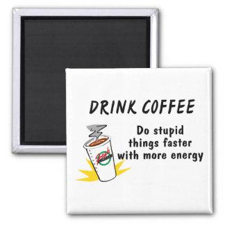 El café de la bebida hace cosas estúpidas más rápi imán cuadrado
