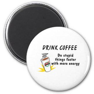 El café de la bebida hace cosas estúpidas más rápi imán redondo 5 cm