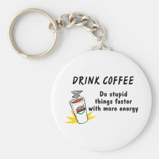 El café de la bebida hace cosas estúpidas más rápi llavero redondo tipo pin