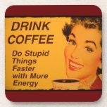 El café de la bebida hace cosas estúpidas más rápi posavasos de bebida