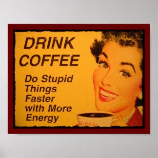 El café de la bebida hace cosas estúpidas más rápi póster