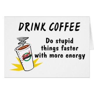 El café de la bebida hace cosas estúpidas más rápi tarjeta de felicitación