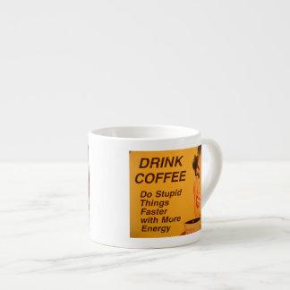 El café de la bebida hace cosas estúpidas más rápi tazitas espresso