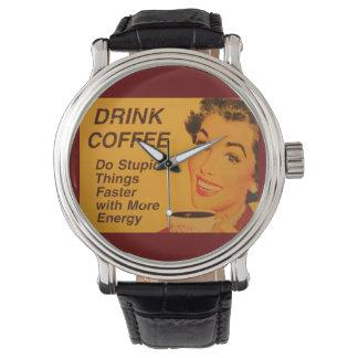 El café de la bebida hace cosas estúpidas más relojes