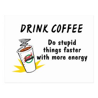 El café de la bebida hace cosas estúpidas más tarjeta postal