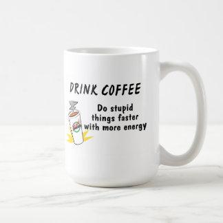 El café de la bebida hace cosas estúpidas más taza de café