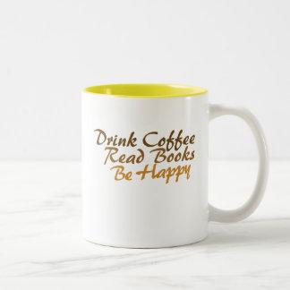 El café de la bebida leyó los libros sea feliz taza de dos tonos