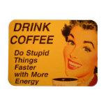 El café de la bebida y hace cosas estúpidas más rá iman rectangular