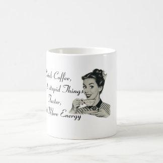 El café de la bebida y hace las cosas estúpidas - taza de café