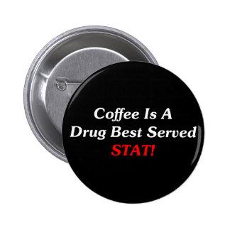 ¡El café es un mejor de la droga servido el STAT! Pin Redondo De 2 Pulgadas