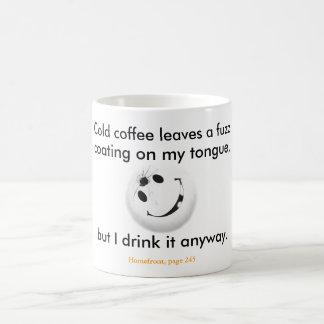 El café frío deja una capa de la pelusa en mi len taza de café