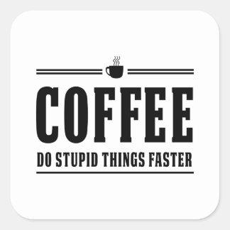 El café hace cosas estúpidas más rápidamente pegatina cuadrada