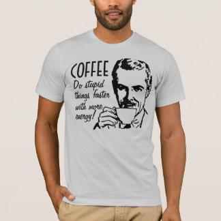 El café hace cosas estúpidas más rápidamente playera