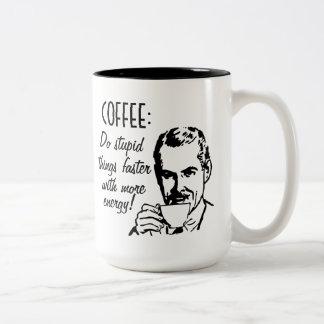 El café hace cosas estúpidas más rápidamente taza de café de dos colores