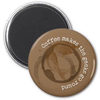 El café hace que los frikis van alrededor imán redondo 5 cm