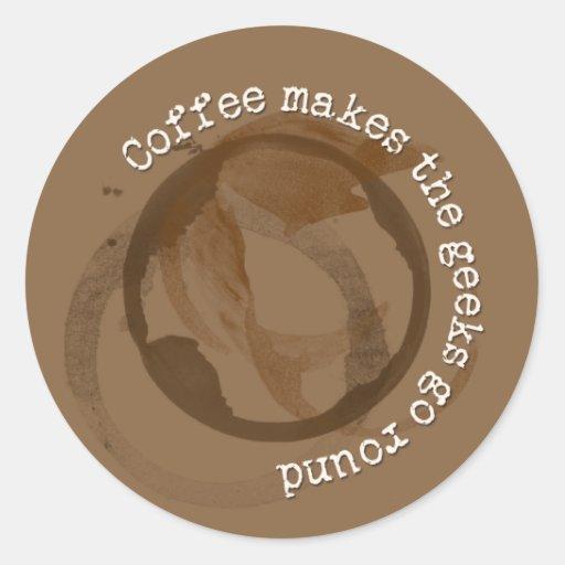 El café hace que los frikis van alrededor pegatina redonda
