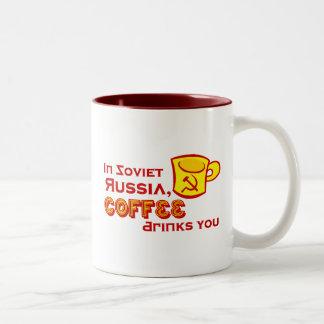 El café le bebe taza