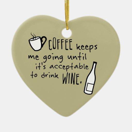 El café me guarda el ir… adorno navideño de cerámica en forma de corazón