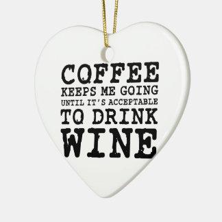 El café me guarda el ir hasta el vino adorno navideño de cerámica en forma de corazón
