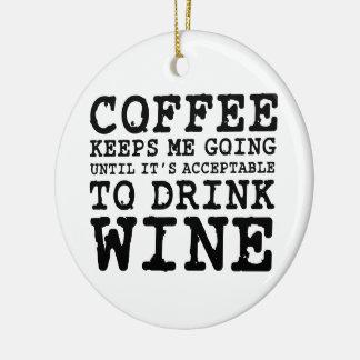 El café me guarda el ir hasta el vino adorno navideño redondo de cerámica