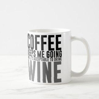 El café me guarda el ir hasta el vino taza clásica