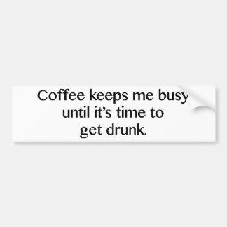 El café me mantiene ocupado hasta que sea hora de pegatina de parachoque