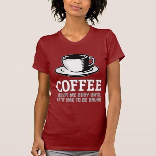 El café me mantiene ocupado hasta que sea hora de camisas