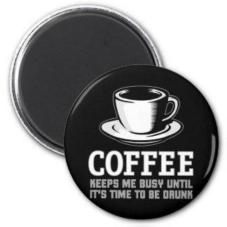 El café me mantiene ocupado hasta que sea hora de  imán redondo 5 cm