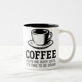 El café me mantiene ocupado hasta que sea hora de taza de café de dos colores