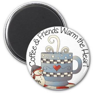 El café y los amigos calientan el imán de los