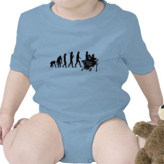 El cajero labra el engranaje del personal del traje de bebé
