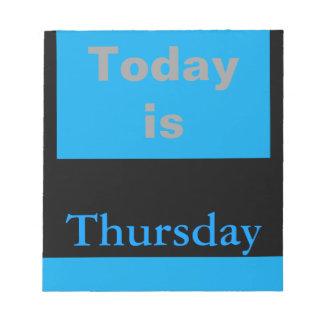 El calendario visual equipa el día de la semana ju blocs de papel
