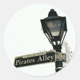 El callejón del pirata en negro y blanco pegatina redonda