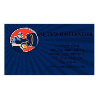El camarero del cervecero vierte el barril de la j plantillas de tarjetas de visita