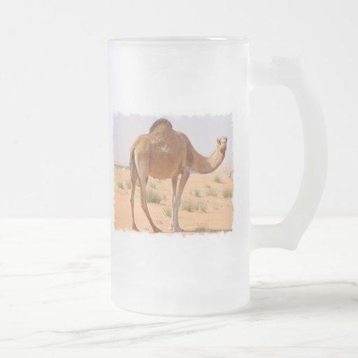El camello para los árabes heló la taza de cerveza
