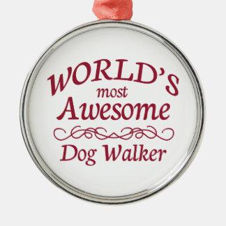 El caminante más impresionante del perro del mundo adorno navideño redondo de metal