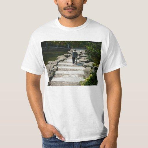 El caminar a lo largo de una presa de la roca playera
