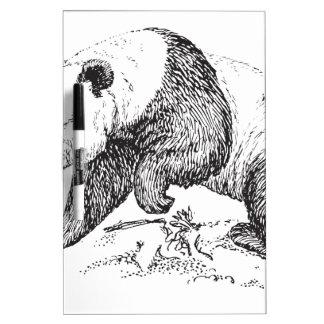 El caminar blanco y negro de la panda tablero blanco