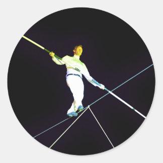 el caminar de la cuerda tirante pegatina redonda