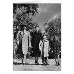 El caminar de la familia tarjeta de felicitación