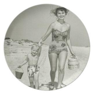 El caminar de la madre y del hijo platos para fiestas