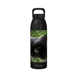 El caminar del gorila del Silverback sideway Botellas De Agua Reutilizables
