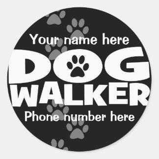 ¡El caminar del perro y promoción del caminante Pegatina Redonda