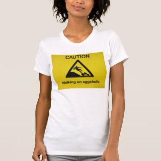 El caminar en la camiseta de las cáscaras de huevo